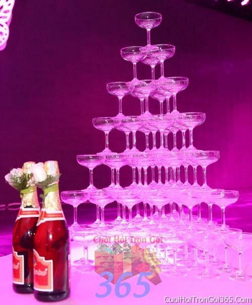 Trang trí tháp rượu champagne ngày cưới với hoa tươi để trang trí lễ cưới, tiệc cưới nhà hàng TTBC23 : Mẫu cưới hỏi trọn gói 365 của công ty dịch vụ trang trí nhà tiệc cưới hỏi đẹp rẻ uy tín ở tại quận Tân Phú Sài Gòn TPHCM Gò Vấp