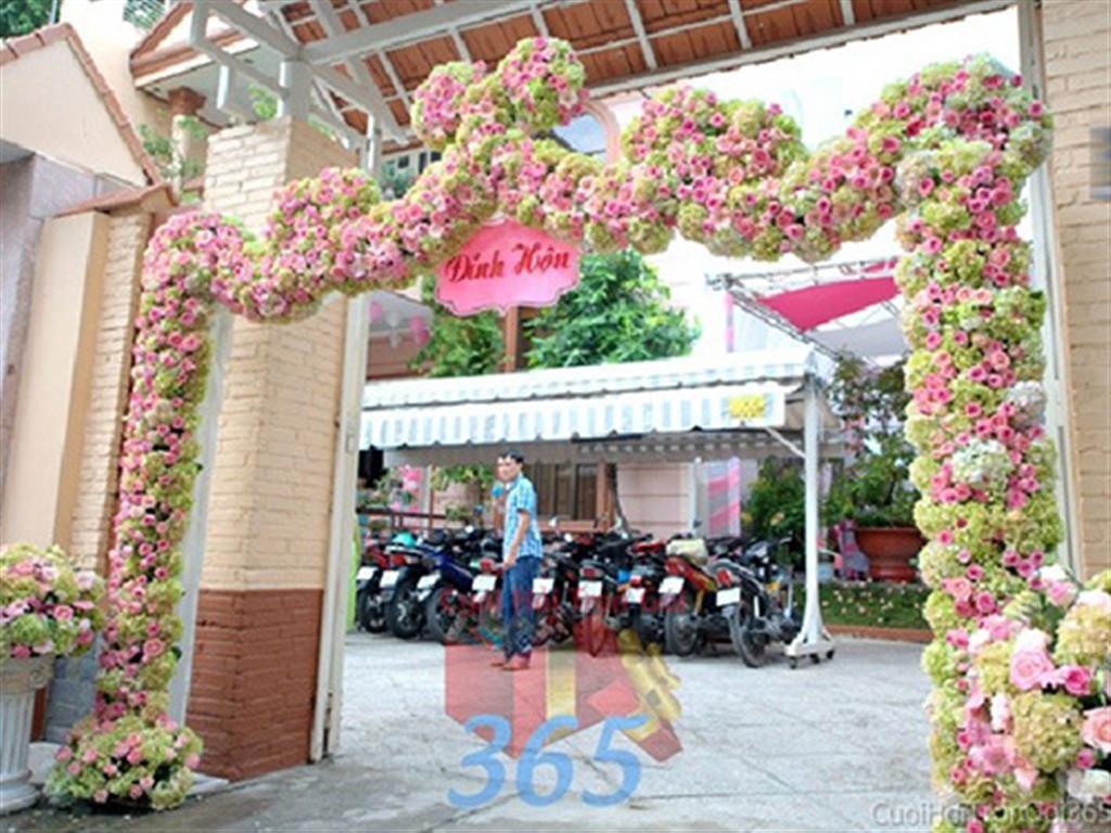 Cổng cưới kết hoa tươi tông trắng hồng xanh dễ thương, rực rỡ và hoành tráng từ hoa hồng, cẩm tú cầu như hình con rồng bay lượn cho lễ ăn hỏi, đính hôn, đám CHT23 : Mẫu cưới hỏi trọn gói 365 của công ty dịch vụ trang trí nhà tiệc cưới hỏi đẹp rẻ uy tín ở tại quận Tân Phú Sài Gòn TPHCM Gò Vấp