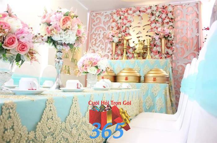 Trang trí nhà cưới hỏi trọn gói với bàn hai họ trang trí tông hồng xanh ngọc : Mẫu cưới hỏi trọn gói 365 của công ty dịch vụ trang trí nhà tiệc cưới hỏi đẹp rẻ uy tín ở tại quận Tân Phú Sài Gòn TPHCM Gò Vấp