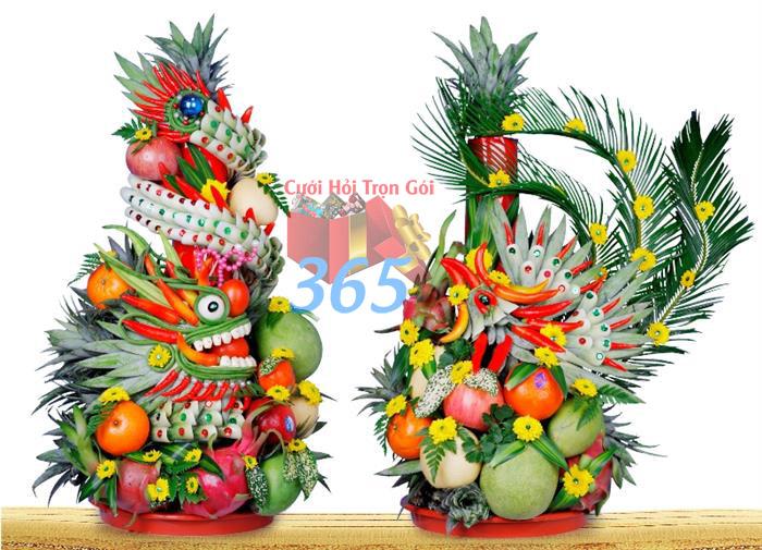 Cặp rồng phụng kết bằng trái cây tươi ngon, màu sắc sáng đẹp, thần thái sóng động như thật cho ngày lễ ăn hỏi gia tiên : Mẫu cưới hỏi trọn gói 365 của công ty dịch vụ trang trí nhà tiệc cưới hỏi đẹp rẻ uy tín ở tại quận Tân Phú Sài Gòn TPHCM Gò Vấp