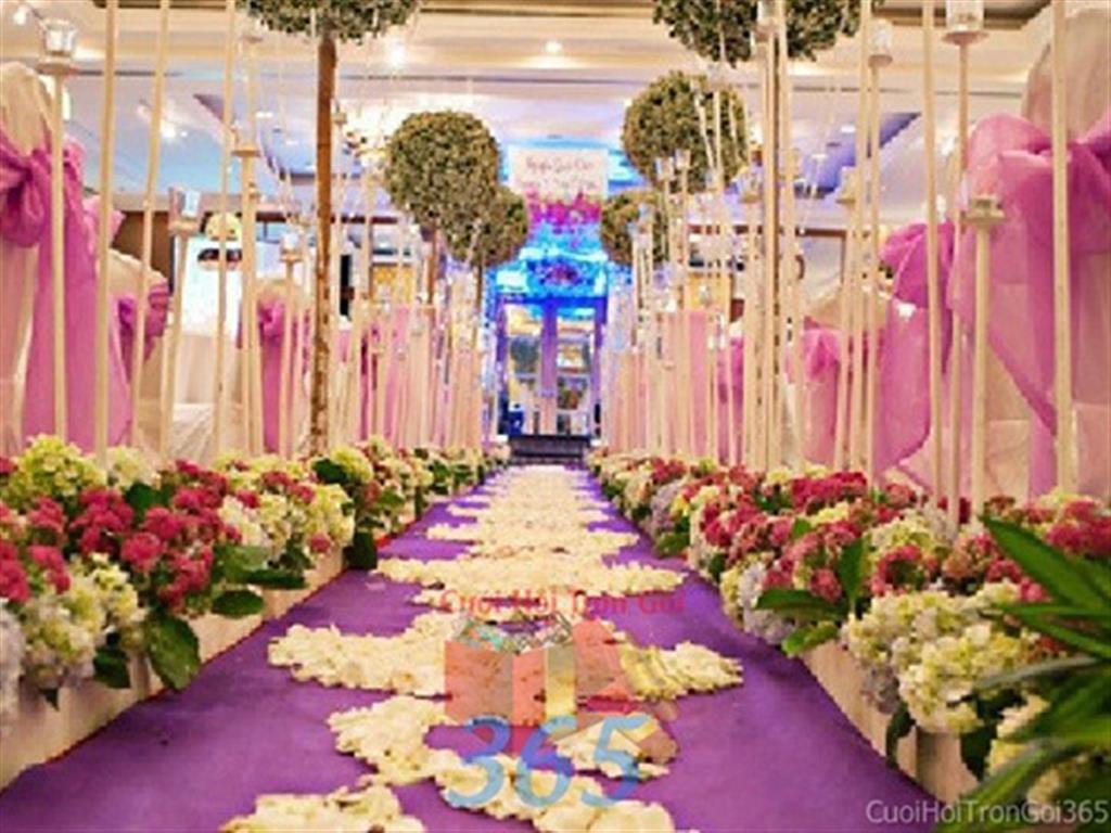 Trang trí lối đi tím hồng đa sắc từ hoa tươi rực rỡ như hai vườn hoa ở hai bên để lên sân khấu, không gian làm lễ cho tiệc cưới tại nhà hàng và ngoài LDNH24 : Mẫu cưới hỏi trọn gói 365 của công ty dịch vụ trang trí nhà tiệc cưới hỏi đẹp rẻ uy tín ở tại quận Tân Phú Sài Gòn TPHCM Gò Vấp