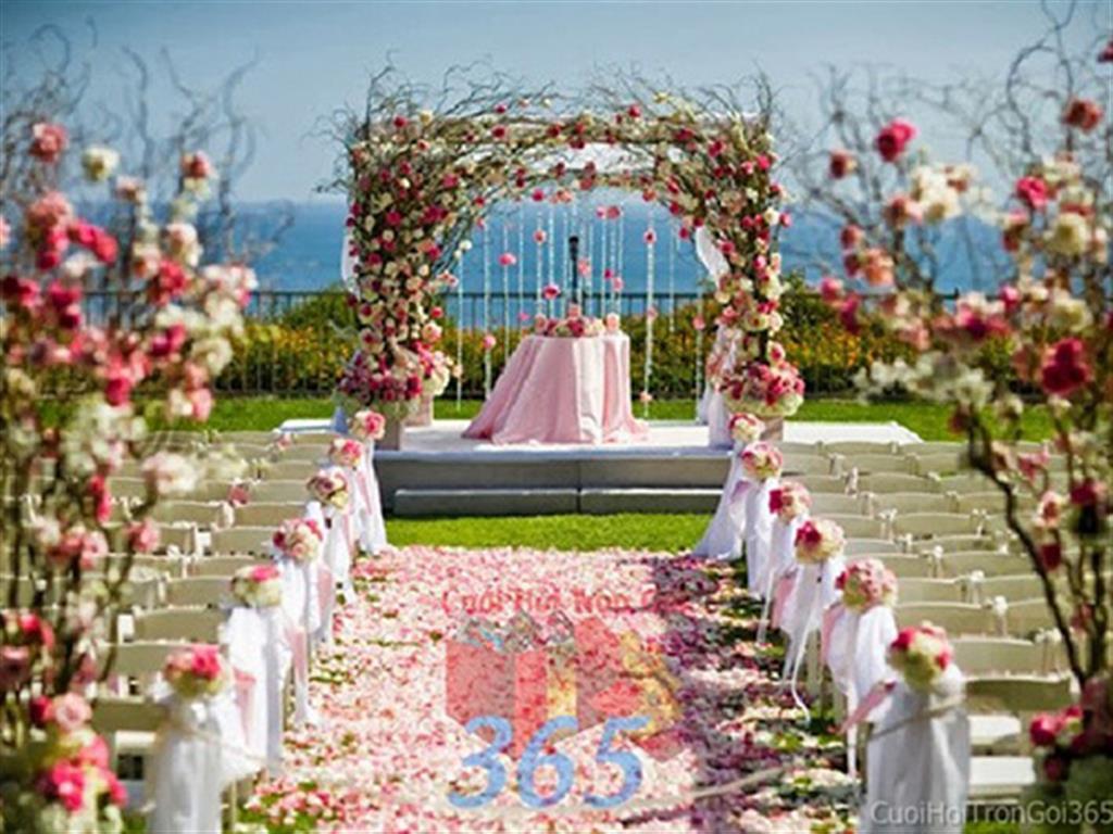 Trang trí lối đi trắng hồng pastel từ các trụ hoa tươi phủ voan trắng để lên sân khấu đón khách, không gian làm lễ cho tiệc cưới tại nhà hàng và ngoài LDNH02 : Mẫu cưới hỏi trọn gói 365 của công ty dịch vụ trang trí nhà tiệc cưới hỏi đẹp rẻ uy tín ở tại quận Tân Phú Sài Gòn TPHCM Gò Vấp