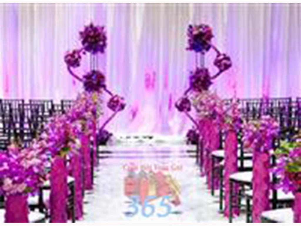 Trang trí lối đi trắng hồng từ hoa tươi cắm phủ dài lối đi và các trụ nến đẹp lung linh để lên sân khấu đón khách : Mẫu cưới hỏi trọn gói 365 của công ty dịch vụ trang trí nhà tiệc cưới hỏi đẹp rẻ uy tín ở tại quận Tân Phú Sài Gòn TPHCM Gò Vấp