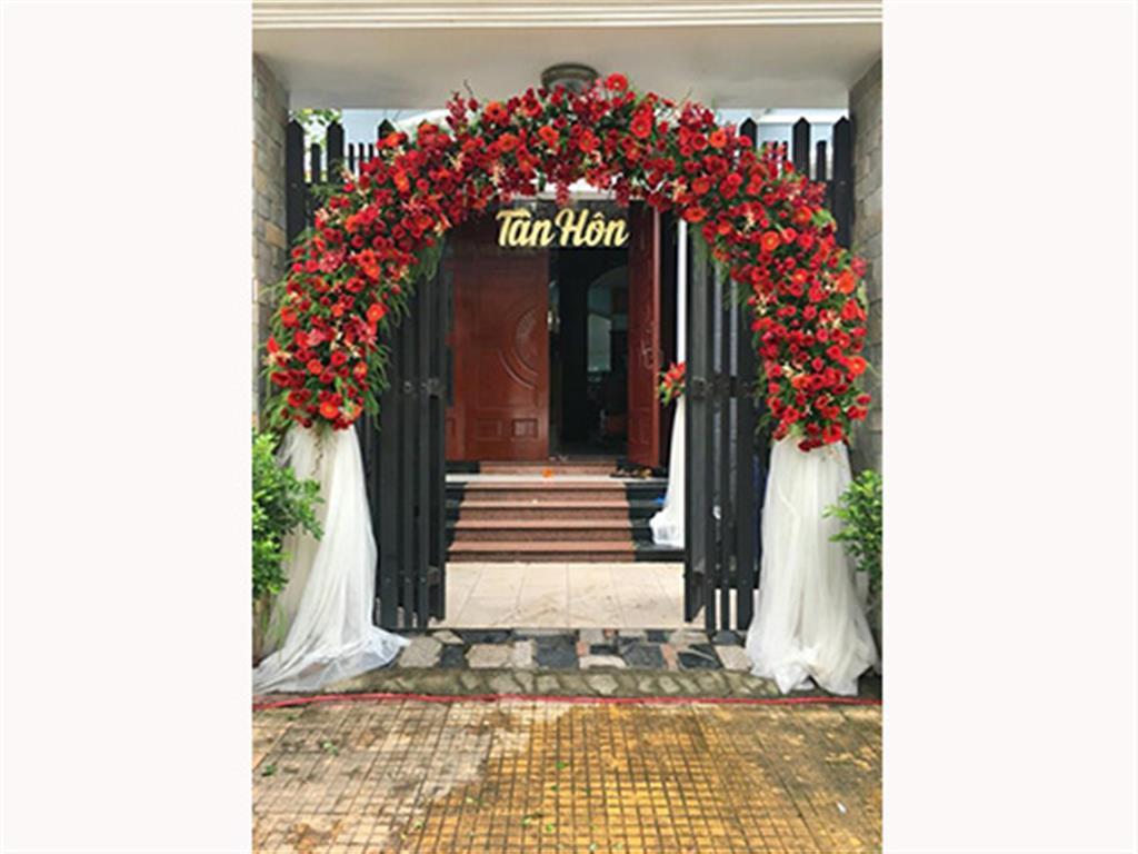 Cổng cưới hoa vải dành cho lễ tân hôn kết mái vòm hoa đồng tiền đỏ rự CHV34 : Mẫu cưới hỏi trọn gói 365 của công ty dịch vụ trang trí nhà tiệc cưới hỏi đẹp rẻ uy tín ở tại quận Tân Phú Sài Gòn TPHCM Gò Vấp
