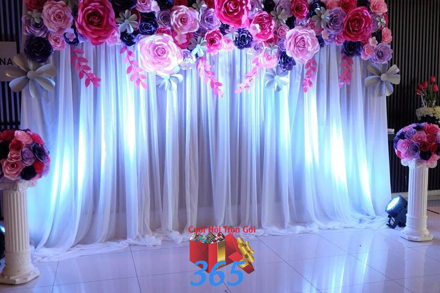Backdrop chụp ảnh cưới hoa giấy phủ tấm vải voan trắng dịu  BDNH92 : Mẫu cưới hỏi trọn gói 365 của công ty dịch vụ trang trí nhà tiệc cưới hỏi đẹp rẻ uy tín ở tại quận Tân Phú Sài Gòn TPHCM Gò Vấp