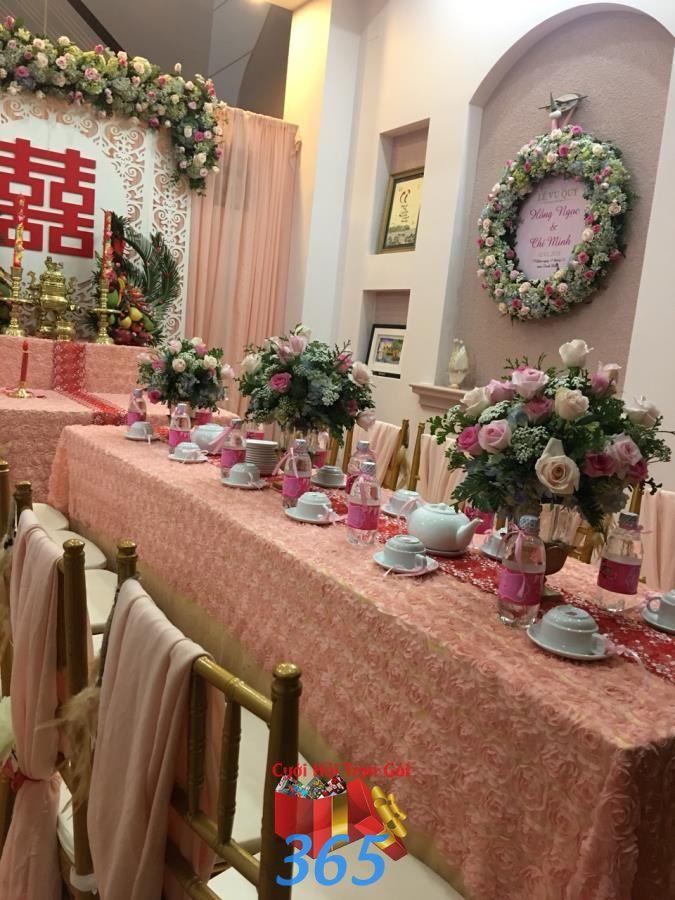 Bình hoa để bàn hai họ kết từ hoa hồng và cẩm tú HDB41 : Mẫu cưới hỏi trọn gói 365 của công ty dịch vụ trang trí nhà tiệc cưới hỏi đẹp rẻ uy tín ở tại quận Tân Phú Sài Gòn TPHCM Gò Vấp
