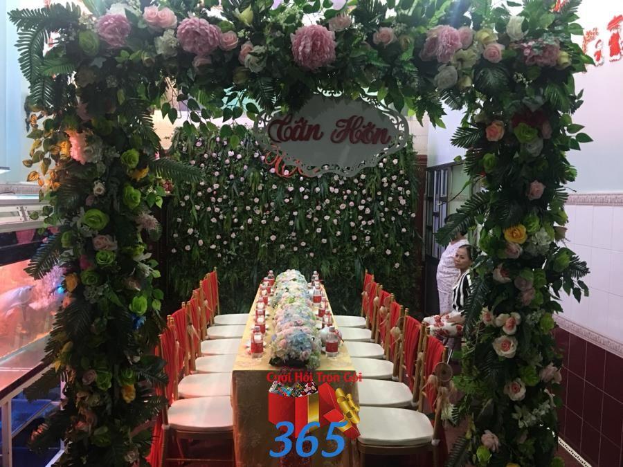 Cổng cưới hoa vải mang màu thiên nhiên sắc xanh lá chủ CHV38 : Mẫu cưới hỏi trọn gói 365 của công ty dịch vụ trang trí nhà tiệc cưới hỏi đẹp rẻ uy tín ở tại quận Tân Phú Sài Gòn TPHCM Gò Vấp