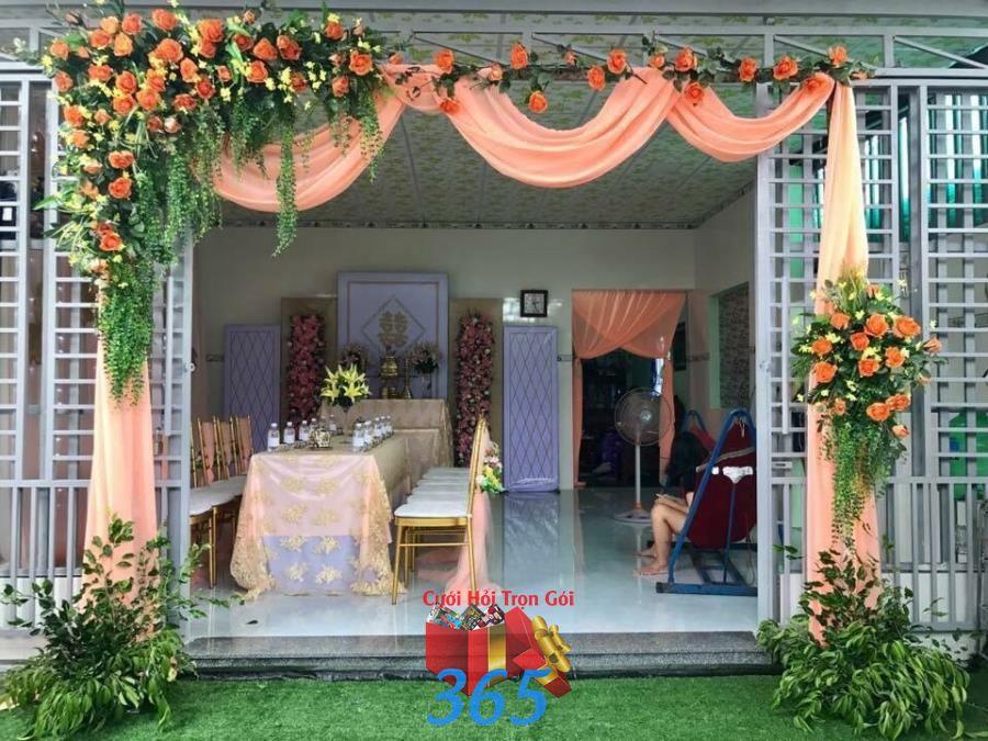 Cổng cưới hoa vải tông màu cam rự CHV39 : Mẫu cưới hỏi trọn gói 365 của công ty dịch vụ trang trí nhà tiệc cưới hỏi đẹp rẻ uy tín ở tại quận Tân Phú Sài Gòn TPHCM Gò Vấp