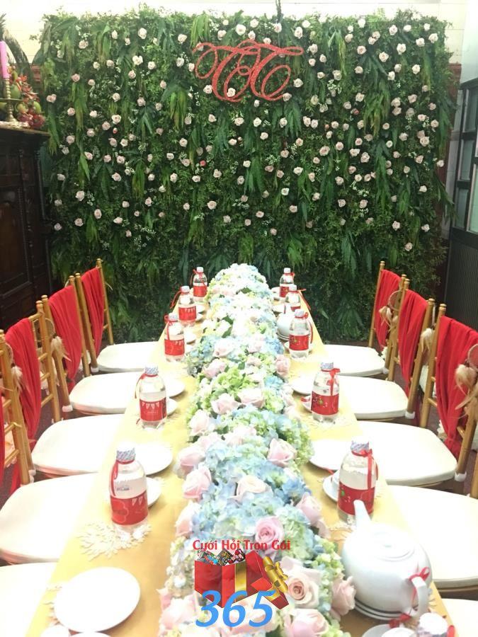Hàng hoa để bàn hai họ duyên dáng kết từ hoa hồng và cẩm tú HDB44 : Mẫu cưới hỏi trọn gói 365 của công ty dịch vụ trang trí nhà tiệc cưới hỏi đẹp rẻ uy tín ở tại quận Tân Phú Sài Gòn TPHCM Gò Vấp