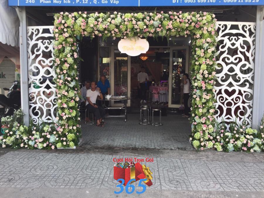 Mẫu cổng cưới hoa tươi hoành tráng gam xanh và  CHT57 : Mẫu cưới hỏi trọn gói 365 của công ty dịch vụ trang trí nhà tiệc cưới hỏi đẹp rẻ uy tín ở tại quận Tân Phú Sài Gòn TPHCM Gò Vấp