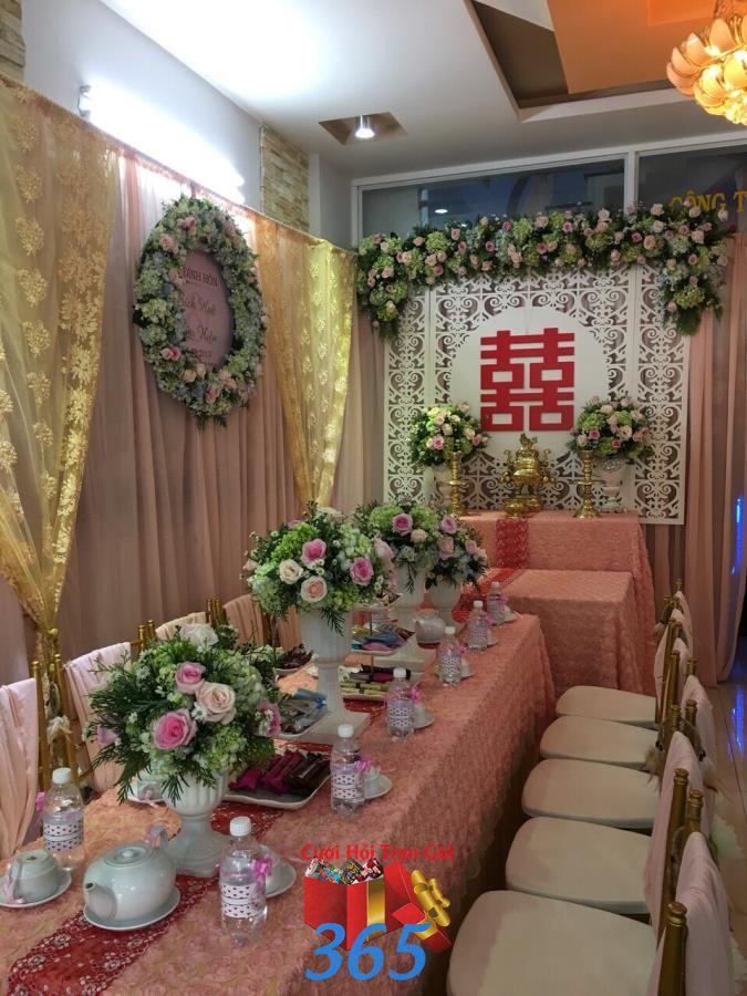 Mẫu hoa để bàn hai họ với sắc màu tươi sáng từ hoa hồng, hoa cẩm tú HDB45 : Mẫu cưới hỏi trọn gói 365 của công ty dịch vụ trang trí nhà tiệc cưới hỏi đẹp rẻ uy tín ở tại quận Tân Phú Sài Gòn TPHCM Gò Vấp