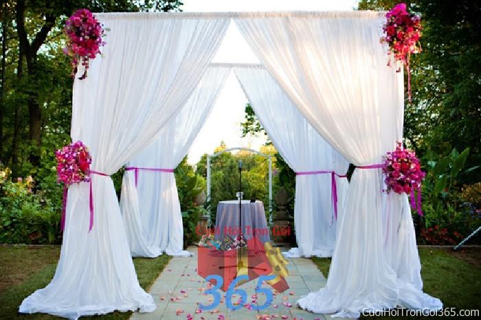 Cho thuê cổng cưới hoa tươi kết hình bức màn với voan trắng mềm mại và phong lan tím lãng CHT42 : Mẫu cưới hỏi trọn gói 365 của công ty dịch vụ trang trí nhà tiệc cưới hỏi đẹp rẻ uy tín ở tại quận Tân Phú Sài Gòn TPHCM Gò Vấp