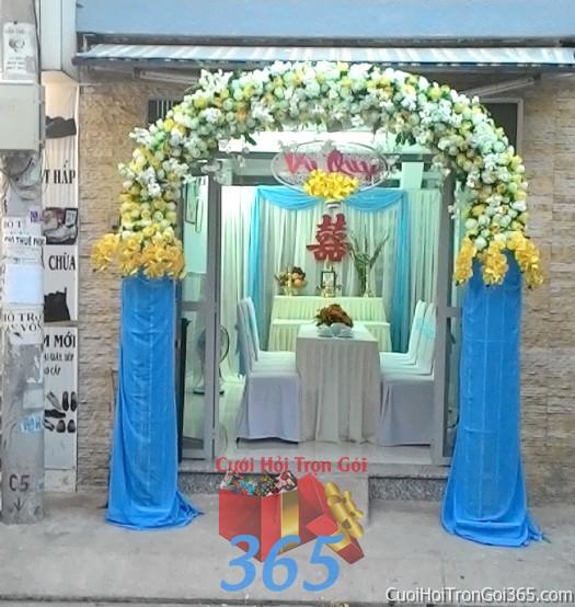Cho thuê cổng cưới hoa vải kết hình mái nhà bầu với chân voan đứng màu xanh biển và hoa hồng lan trắng  CHV13 : Mẫu cưới hỏi trọn gói 365 của công ty dịch vụ trang trí nhà tiệc cưới hỏi đẹp rẻ uy tín ở tại quận Tân Phú Sài Gòn TPHCM Gò Vấp
