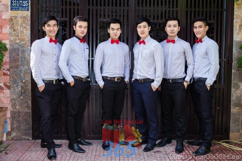 Cho thuê nhân sự bưng mâm quả nam với trang phục quần tây và sơ mi thắc nơ BQNA40 : Mẫu cưới hỏi trọn gói 365 của công ty dịch vụ trang trí nhà tiệc cưới hỏi đẹp rẻ uy tín ở tại quận Tân Phú Sài Gòn TPHCM Gò Vấp