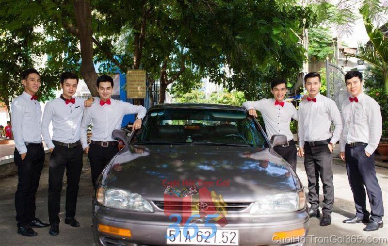 Cho thuê nhân sự bưng mâm quả nam với trang phục quần tây và sơ mi thắc nơ BQNA41 : Mẫu cưới hỏi trọn gói 365 của công ty dịch vụ trang trí nhà tiệc cưới hỏi đẹp rẻ uy tín ở tại quận Tân Phú Sài Gòn TPHCM Gò Vấp