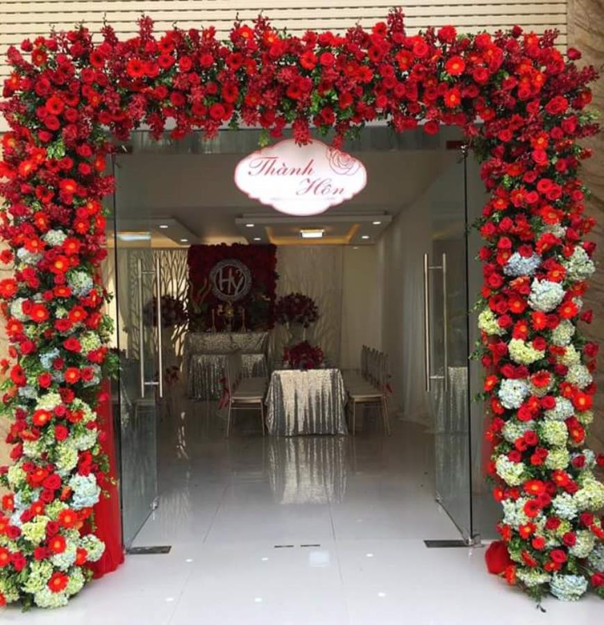 Cổng cưới hoa tươi dành cho lễ thành hôn kết từ hoa đồng tiền và cẩm tú cầu ga CHT49 : Mẫu cưới hỏi trọn gói 365 của công ty dịch vụ trang trí nhà tiệc cưới hỏi đẹp rẻ uy tín ở tại quận Tân Phú Sài Gòn TPHCM Gò Vấp