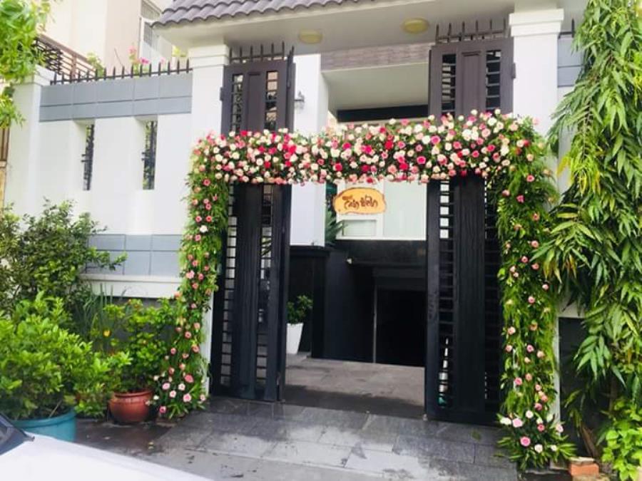 Cổng cưới hoa tươi kết mái ngang tại nhà lễ tân hôn với hoa hồng tươi đẹp CHT50 : Mẫu cưới hỏi trọn gói 365 của công ty dịch vụ trang trí nhà tiệc cưới hỏi đẹp rẻ uy tín ở tại quận Tân Phú Sài Gòn TPHCM Gò Vấp
