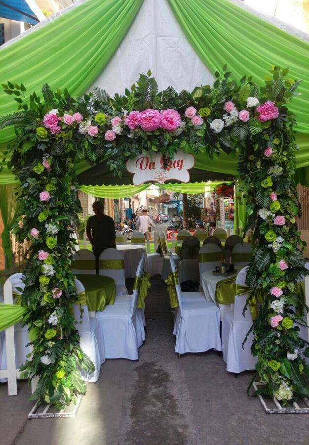 Cổng cưới hoa tươi kết mái ngang với hoa hồng cùng lá xanh dành cho lễ vu CHT51 : Mẫu cưới hỏi trọn gói 365 của công ty dịch vụ trang trí nhà tiệc cưới hỏi đẹp rẻ uy tín ở tại quận Tân Phú Sài Gòn TPHCM Gò Vấp