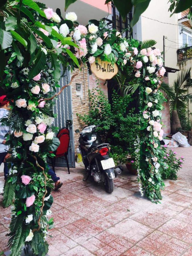 Cổng cưới hoa tươi lễ đính hôn với hoa hồng tươi cùng lá xanh đẹp CHT52 : Mẫu cưới hỏi trọn gói 365 của công ty dịch vụ trang trí nhà tiệc cưới hỏi đẹp rẻ uy tín ở tại quận Tân Phú Sài Gòn TPHCM Gò Vấp