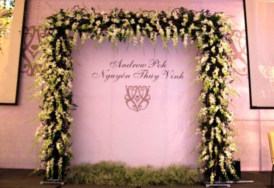 Cổng cưới hoa tươi sử dụng hoa phong lan trắng làm cho không khí tiệc cưới thêm ý n CHT53 : Mẫu cưới hỏi trọn gói 365 của công ty dịch vụ trang trí nhà tiệc cưới hỏi đẹp rẻ uy tín ở tại quận Tân Phú Sài Gòn TPHCM Gò Vấp