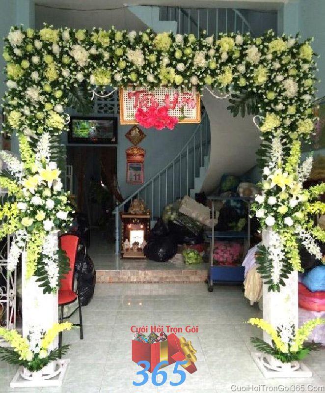 Cổng cưới hoa tươi tông trắng vàng tươi tắn với hoa hồng, ly và phong lan cho thuê ngày đám cưới CHT45 : Mẫu cưới hỏi trọn gói 365 của công ty dịch vụ trang trí nhà tiệc cưới hỏi đẹp rẻ uy tín ở tại quận Tân Phú Sài Gòn TPHCM Gò Vấp