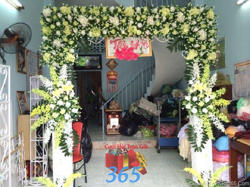 Cổng cưới hoa tươi tông trắng vàng với hoa đẹp ngọt ngào cho thuê ngày đám cưới CHT46 : Mẫu cưới hỏi trọn gói 365 của công ty dịch vụ trang trí nhà tiệc cưới hỏi đẹp rẻ uy tín ở tại quận Tân Phú Sài Gòn TPHCM Gò Vấp