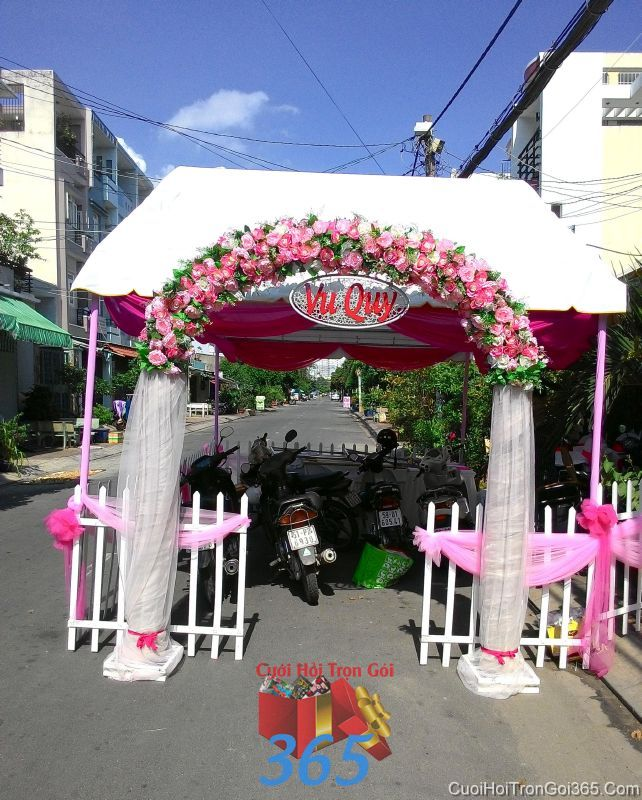 Cổng cưới hoa vải giả tông hồng dễ thương với chân vải voan mềm mại cho thuê ngày đám cưới CHV16 : Mẫu cưới hỏi trọn gói 365 của công ty dịch vụ trang trí nhà tiệc cưới hỏi đẹp rẻ uy tín ở tại quận Tân Phú Sài Gòn TPHCM Gò Vấp