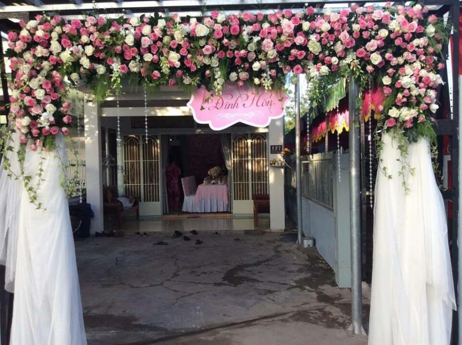 dịch vụ cưới hỏi trọn gói - Cổng cưới hoa vải kết mái ngang sử dụng hoa hồng chân voan gam trắng nhẹ nhàng CHV35