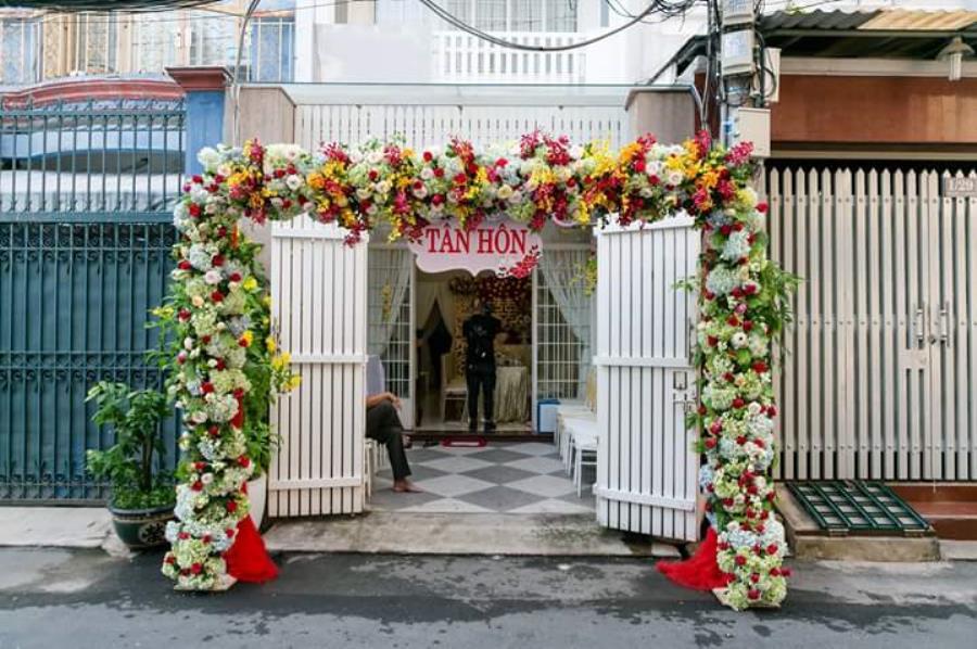 Cổng cưới hoa vải sử dụng hoa cẩm tú cầu kết khéo léo dành cho lễ tân CHV36 : Mẫu cưới hỏi trọn gói 365 của công ty dịch vụ trang trí nhà tiệc cưới hỏi đẹp rẻ uy tín ở tại quận Tân Phú Sài Gòn TPHCM Gò Vấp