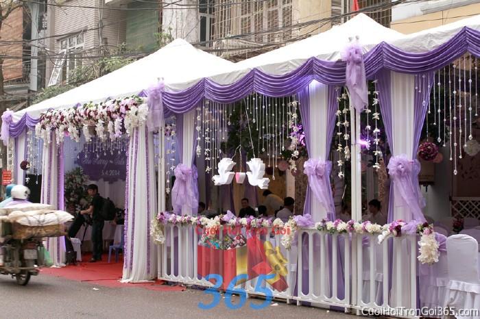 Cung cấp cho thuê rạp cưới trắng tím pha lê hàng rào với vải voan cao cấp hiện đại cho ngày đám cưới, lễ ăn hỏi, đính RC16 : Mẫu cưới hỏi trọn gói 365 của công ty dịch vụ trang trí nhà tiệc cưới hỏi đẹp rẻ uy tín ở tại quận Tân Phú Sài Gòn TPHCM Gò Vấp