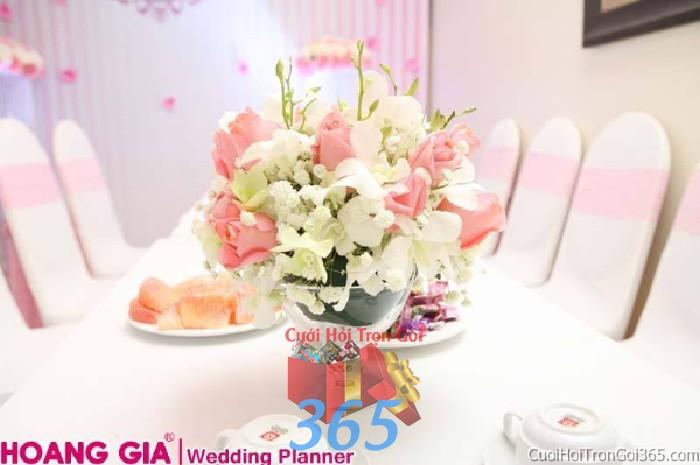 Hoa để bàn tông màu nhẹ nhàng, phong cách ngọt ngào kết từ hồng hồng và lan trắng cho lễ tiệc ngày đám cưới HDB38 : Mẫu cưới hỏi trọn gói 365 của công ty dịch vụ trang trí nhà tiệc cưới hỏi đẹp rẻ uy tín ở tại quận Tân Phú Sài Gòn TPHCM Gò Vấp