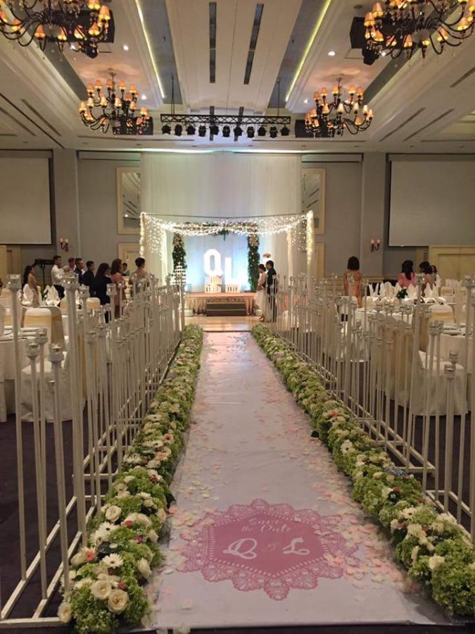 Lối đi sân khấu nhà hàng hai hàng hoa hồng tươi dọc lối đi thật độc LDNH38 : Mẫu cưới hỏi trọn gói 365 của công ty dịch vụ trang trí nhà tiệc cưới hỏi đẹp rẻ uy tín ở tại quận Tân Phú Sài Gòn TPHCM Gò Vấp