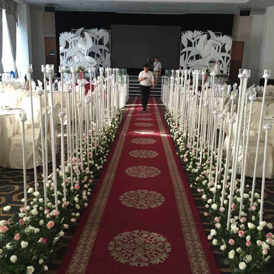 Lối đi sân khấu nhà hàng sử dụng các trụ nến cùng tô điểm bằng hàng hoa hồng dọc hai LDNH39 : Mẫu cưới hỏi trọn gói 365 của công ty dịch vụ trang trí nhà tiệc cưới hỏi đẹp rẻ uy tín ở tại quận Tân Phú Sài Gòn TPHCM Gò Vấp