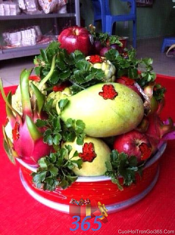 Mâm quả cưới hỏi trái cây tươi ngon được trang trí bởi lá làm lễ vật đính hôn, đám  MQ38 : Mẫu cưới hỏi trọn gói 365 của công ty dịch vụ trang trí nhà tiệc cưới hỏi đẹp rẻ uy tín ở tại quận Tân Phú Sài Gòn TPHCM Gò Vấp