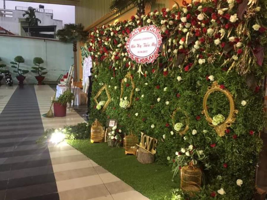 Phông cưới, backdrop chụp ảnh kết hợp với khung ảnh cùng lồng chim, hoa hồng tươi mang đến hình ảnh cổ  BDNH74 : Mẫu cưới hỏi trọn gói 365 của công ty dịch vụ trang trí nhà tiệc cưới hỏi đẹp rẻ uy tín ở tại quận Tân Phú Sài Gòn TPHCM Gò Vấp