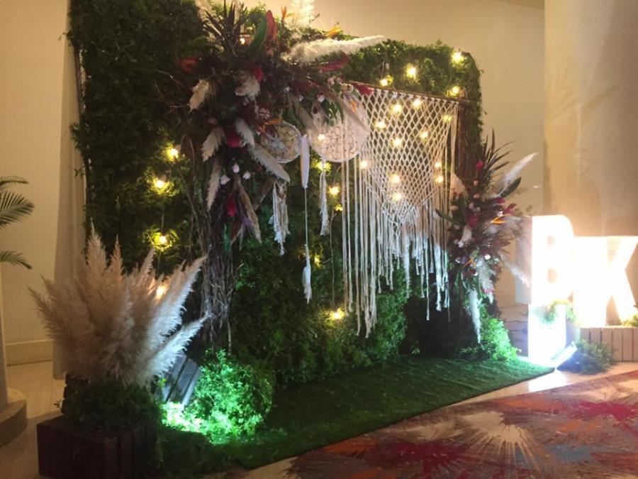 Phông cưới, backdrop chụp ảnh lãng mạn với sự kết hợp vòng bắt giấc mơ cùng lông vũ, đèn, lưới đặc biệt BDNH76 : Mẫu cưới hỏi trọn gói 365 của công ty dịch vụ trang trí nhà tiệc cưới hỏi đẹp rẻ uy tín ở tại quận Tân Phú Sài Gòn TPHCM Gò Vấp