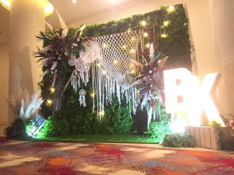 Phông cưới, backdrop chụp ảnh lãng mạn với sự kết hợp vòng bắt giấc mơ cùng lông vũ, đèn, lưới đặc biệt BDNH77 : Mẫu cưới hỏi trọn gói 365 của công ty dịch vụ trang trí nhà tiệc cưới hỏi đẹp rẻ uy tín ở tại quận Tân Phú Sài Gòn TPHCM Gò Vấp