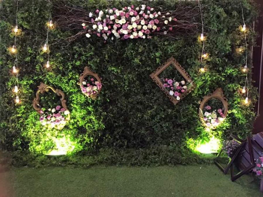 dịch vụ cưới hỏi trọn gói - Phông cưới, backdrop chụp ảnh mang phong cách cổ tích với lá cây cùng hoa hồng tươi và khung kính cổ điển BDNH79