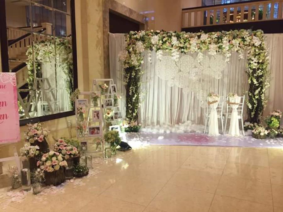 Phông cưới, backdrop chụp ảnh theo phong cách rustic với hoa hồng cùng hoa lan lãng BDNH82 : Mẫu cưới hỏi trọn gói 365 của công ty dịch vụ trang trí nhà tiệc cưới hỏi đẹp rẻ uy tín ở tại quận Tân Phú Sài Gòn TPHCM Gò Vấp