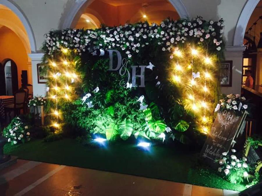 Phông cưới, backdrop chụp ảnh tông xanh lá lung linh dưới ánh đèn vàng điểm hoa hồng đẹp BDNH85 : Mẫu cưới hỏi trọn gói 365 của công ty dịch vụ trang trí nhà tiệc cưới hỏi đẹp rẻ uy tín ở tại quận Tân Phú Sài Gòn TPHCM Gò Vấp