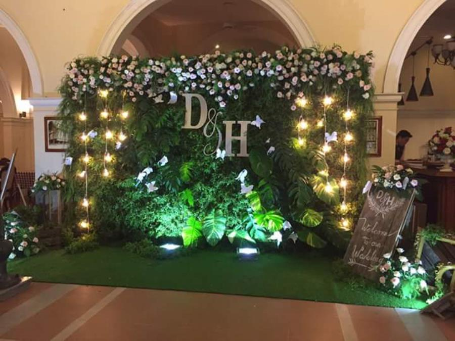 dịch vụ cưới hỏi trọn gói - Phông cưới, backdrop chụp ảnh tông xanh lá lung linh dưới ánh đèn vàng điểm hoa hồng đẹp BDNH86