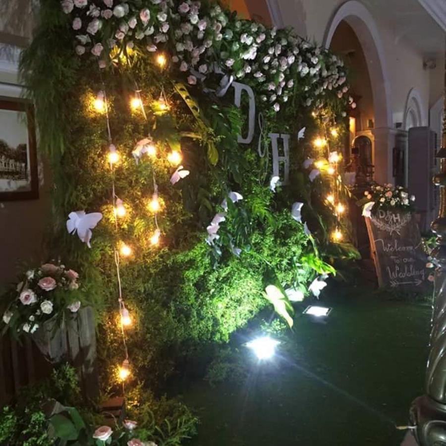 Phông cưới, backdrop chụp ảnh tông xanh lá lung linh dưới ánh đèn vàng điểm hoa hồng đẹp BDNH88 : Mẫu cưới hỏi trọn gói 365 của công ty dịch vụ trang trí nhà tiệc cưới hỏi đẹp rẻ uy tín ở tại quận Tân Phú Sài Gòn TPHCM Gò Vấp