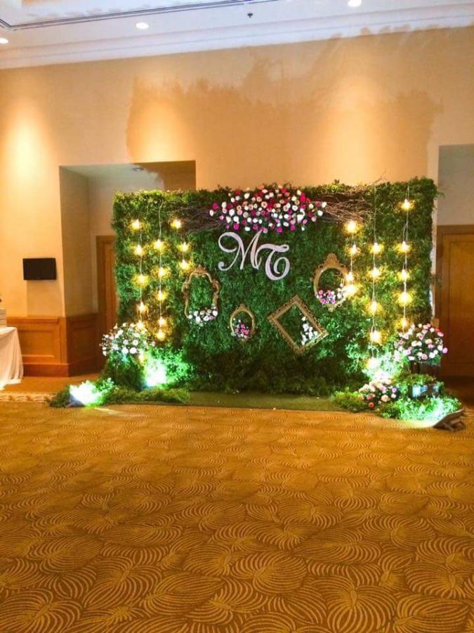 Phông cưới, backdrop chụp ảnh trang trí cụm hoa hồng tươi với khung ảnh lung linh trong ánh đèn vàng BDNH83 : Mẫu cưới hỏi trọn gói 365 của công ty dịch vụ trang trí nhà tiệc cưới hỏi đẹp rẻ uy tín ở tại quận Tân Phú Sài Gòn TPHCM Gò Vấp
