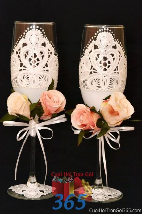 Phụ kiện ly đôi cô dâu chú rể màu trắng hồng kết hoa duyên dáng dùng để trang trí bàn ký tên, không gian tiệc sang trọng ngày đám cưới tại nhà  PKC83 : Mẫu cưới hỏi trọn gói 365 của công ty dịch vụ trang trí nhà tiệc cưới hỏi đẹp rẻ uy tín ở tại quận Tân Phú Sài Gòn TPHCM Gò Vấp