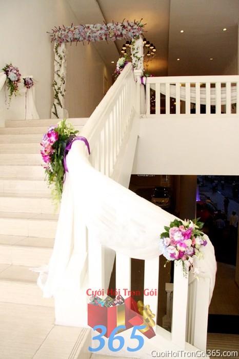 Trang trí chi tiết cầu thang nhà cưới với những ụ hoa tím lãng mạn trong ngày lễ đính hôn, ăn hỏi gia  CTN18 : Mẫu cưới hỏi trọn gói 365 của công ty dịch vụ trang trí nhà tiệc cưới hỏi đẹp rẻ uy tín ở tại quận Tân Phú Sài Gòn TPHCM Gò Vấp