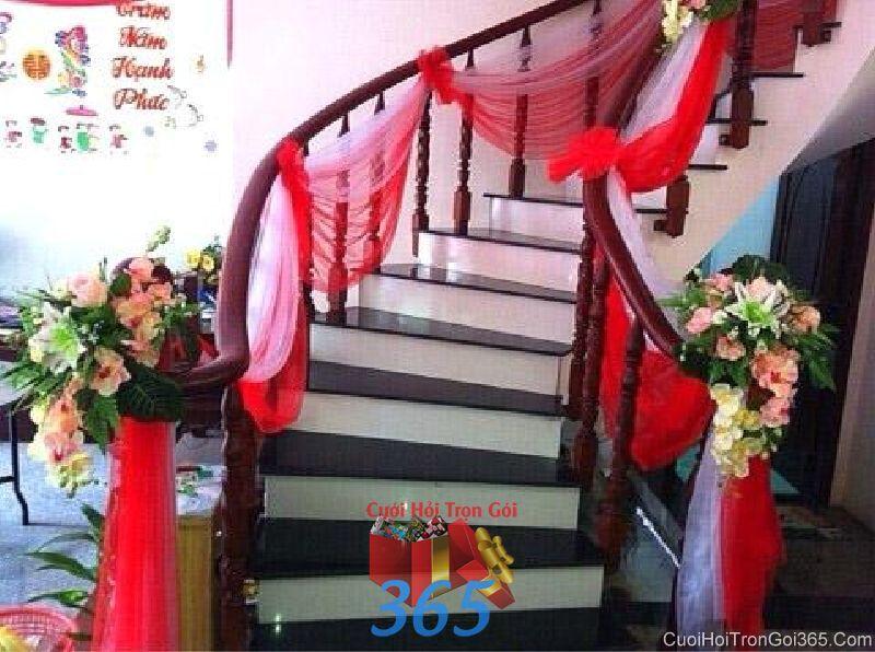 Trang trí chi tiết cầu thang nhà với voan đỏ và hoa vải trong lễ đính hôn, ăn hỏi ngày  CTN23 : Mẫu cưới hỏi trọn gói 365 của công ty dịch vụ trang trí nhà tiệc cưới hỏi đẹp rẻ uy tín ở tại quận Tân Phú Sài Gòn TPHCM Gò Vấp