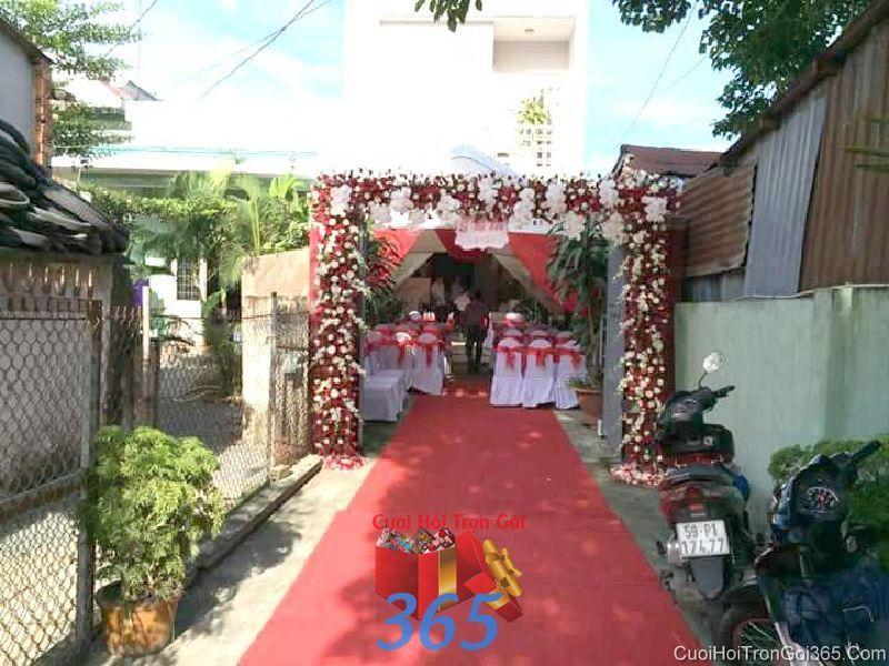 Trang trí chi tiết lối đi nhà cưới với thảm đỏ trong lễ đính hôn, ăn hỏi ngày  CTN24 : Mẫu cưới hỏi trọn gói 365 của công ty dịch vụ trang trí nhà tiệc cưới hỏi đẹp rẻ uy tín ở tại quận Tân Phú Sài Gòn TPHCM Gò Vấp
