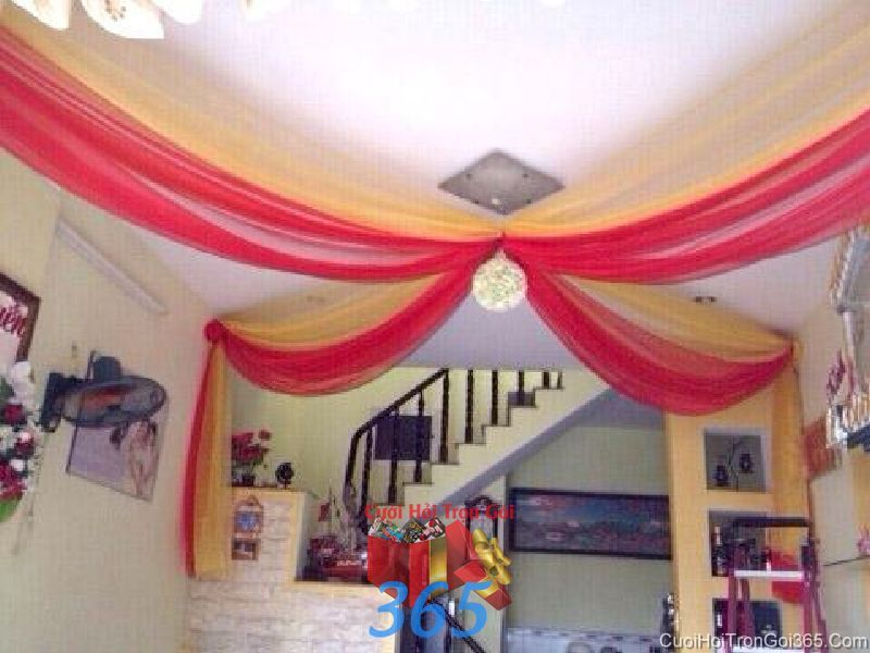 Trang trí chi tiết trần nhà voan đỏ vàng trong lễ đính hôn, ăn hỏi ngày  CTN25 : Mẫu cưới hỏi trọn gói 365 của công ty dịch vụ trang trí nhà tiệc cưới hỏi đẹp rẻ uy tín ở tại quận Tân Phú Sài Gòn TPHCM Gò Vấp