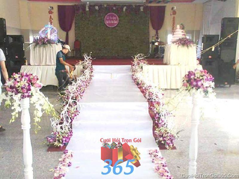 Trang trí lối đi sân khấu nhà hàng tiệc cưới lãng mạn rực rỡ với hoa phong LDNH35 : Mẫu cưới hỏi trọn gói 365 của công ty dịch vụ trang trí nhà tiệc cưới hỏi đẹp rẻ uy tín ở tại quận Tân Phú Sài Gòn TPHCM Gò Vấp
