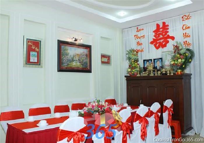 Trang trí nhà cưới hỏi tông trắng đỏ với ghế dựa cao cấp kết nơ, bàn thờ rồng phụng trái cây, chữ song hỷ và câu TTNCH68 : Mẫu cưới hỏi trọn gói 365 của công ty dịch vụ trang trí nhà tiệc cưới hỏi đẹp rẻ uy tín ở tại quận Tân Phú Sài Gòn TPHCM Gò Vấp
